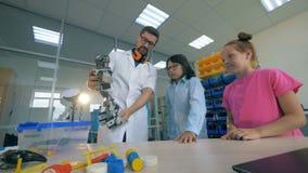 Technologies robotiques à l'école primaire Technolgies de robotique d'étude de maître d'école avec les élèves futés banque de vidéos