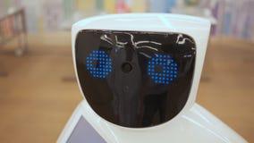 Technologies robotiques modernes Le robot regarde l'appareil-photo la personne Le robot montre des ?motions Soul?ve ses mains  clips vidéos