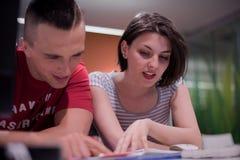 TechnologieStudentengruppe, die in der Computerlaborschulklasse arbeitet stockbilder