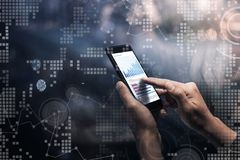 Technologii cyfrowej pojęcie z samiec wręcza mienia smartphone Zdjęcie Royalty Free