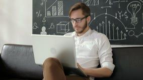 Technologii i stylu życia pojęcie - obsługuje działanie z laptopem 20s 4k w domu zbiory