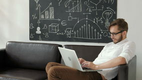 Technologii i stylu życia pojęcie - obsługuje działanie z laptopem 20s 4k w domu zdjęcie wideo