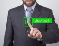 Technologii, interneta i networking pojęcie, mężczyzna w czarnej biznesowej koszula kobiet pras czeka poczta guzik na wirtualnym Obrazy Stock