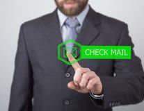 Technologii, interneta i networking pojęcie, mężczyzna w czarnej biznesowej koszula kobiet pras czeka poczta guzik na wirtualnym Obraz Royalty Free