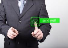 Technologii, interneta i networking pojęcie, mężczyzna w czarnej biznesowej koszula kobiet prasy wysyłają poczta guzika na wirtua Zdjęcia Royalty Free