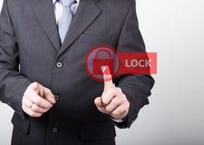 Technologii, interneta i networking pojęcie, mężczyzna w czarnej biznesowej koszula kobieta naciska kędziorka guzika na wirtualny Obraz Stock