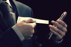 Technologii online bankowości przelew pieniędzy, handlu elektronicznego pojęcie Obsługuje używać smartphone z dolarowymi rachunka Zdjęcia Stock