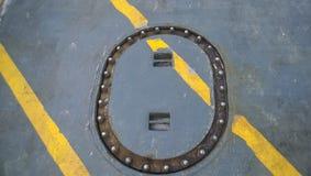 Technologische Luke auf der Plattform des Schiffs Halten Sie Input instand Stockfoto