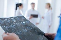 Technologue radiologique professionnel analysant le balayage de ct au travail Photos libres de droits