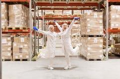 Technologues de femmes à l'entrepôt d'usine de crème glacée  Image stock