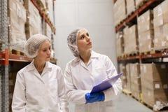Technologues de femmes à l'entrepôt d'usine de crème glacée  Photographie stock