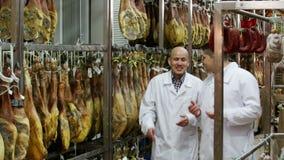 Technoloog met slager die het drogen controleren wurst stock videobeelden
