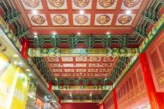 Techo adornado chino del color verde y rojo en los grandes almacenes en Dubai Fotos de archivo libres de regalías