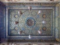 Techo adornado con las decoraciones azules y de oro del estampado de flores en la mezquita de Sultan Barquq, El Cairo, Egipto Imágenes de archivo libres de regalías