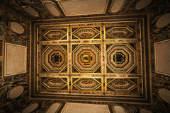 Techo adornado interior del sitio en la casa histórica Fotos de archivo libres de regalías