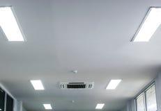 Techo blanco de la oficina con la condición del aire Fotografía de archivo