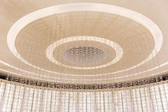 Techo blanco múltiple del círculo con el interior de la iluminación adornado con las mariposas minúsculas en los grandes almacene Imágenes de archivo libres de regalías