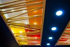 Techo de la MOD con las pequeñas lámparas y los haces de madera Imagen de archivo libre de regalías