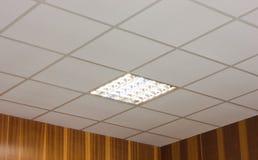 Techo de la oficina con la lámpara fluorescente incorporada Imagen de archivo