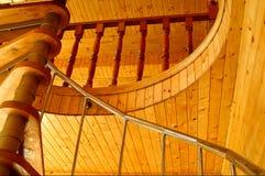 Techo de madera maravilloso y escalera espiral. Imagenes de archivo