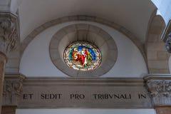 Techo de vitral con la imagen de Jesus Christ que va a la muerte en la iglesia de la condenación y de la imposición de la cruz ce imagen de archivo libre de regalías