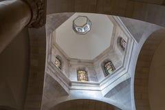 Techo de vitral con las imágenes de los apóstoles en la iglesia de la condenación y de la imposición de la cruz cerca de Lion Gat fotos de archivo libres de regalías