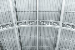 Techo del edificio industrial estructura del metal del roo del almacén imagenes de archivo