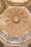 Techo en el templo de Ranakpur Chaumukha Imágenes de archivo libres de regalías