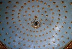 Techo esférico con decoraciones y una lámpara Imágenes de archivo libres de regalías