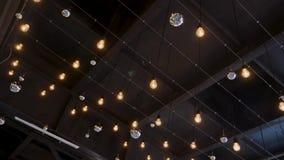 Techo oscuro con las luces brillantes de la ejecución encima almacen de metraje de vídeo