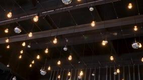Techo oscuro con las luces brillantes de la ejecución encima almacen de video
