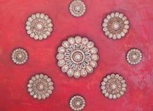 Techo rojo antiguo en el tample con el backgroud rojo Imagen de archivo