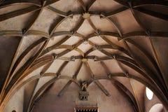 Techo saltado en la catedral gótica y los elementos antiguos de la decoración en el estilo medieval Tradiciones culturales Fotografía de archivo