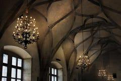 Techo saltado en la catedral gótica y los elementos antiguos de la decoración en el estilo medieval Tradiciones culturales Fotos de archivo