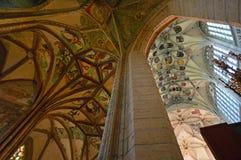 Techo saltado - interior de la iglesia del St Barbara, Kutna Hora, República Checa fotografía de archivo libre de regalías