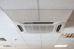 Techo suspendido de la teja con la unidad grande del acondicionador de aire, sitio de la oficina Fotografía de archivo