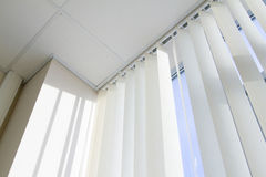 Techo, ventana y persiana fotos de archivo