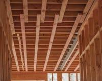 Techos de madera, hogares constructivos en Nueva Zelanda Fotos de archivo