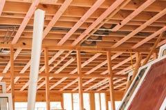 Techos de madera, hogares constructivos en Nueva Zelanda Imagenes de archivo