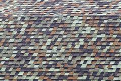Techumbre coloreada de las tejas de tejado en el tejado de un edificio residencial Foto de archivo