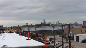 Techumbre plana comercial y reparaciones de TPO, fondo del horizonte de Chicago Fotografía de archivo libre de regalías