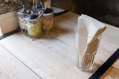 Tecido e vidro na tabela Fotografia de Stock Royalty Free