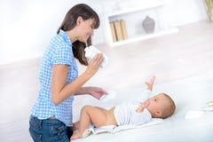 Tecido em mudança dos babys da mãe Fotos de Stock