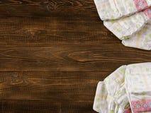 tecidos descartáveis no fundo de madeira com copyspace imagens de stock royalty free