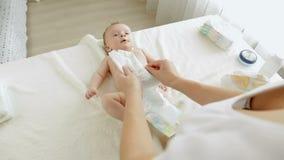 Tecidos em mudança da mãe nova a seus 3 meses do filho idoso do bebê que encontra-se na tabela em mudança