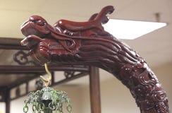 Teck japonais Dragon Head sur l'objet exposé sur l'affichage dans un musée images libres de droits