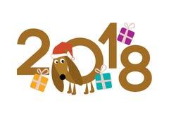 Teckel dans le chapeau rouge de Santa Claus Cadeaux, chien et chiffres Photographie stock libre de droits