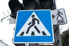 Teckenövergångsställe under trafikljuset Royaltyfri Bild