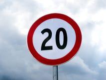 Tecken 20 för hastighetsgräns mot den molniga skyen Royaltyfria Bilder