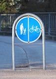 Tecken att avskilja promenad och cyklaområde Arkivfoton